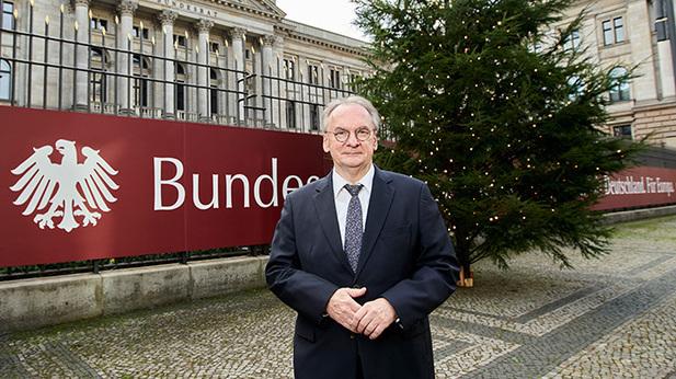 inisterpräsident Haseloff vor dem Weihnachtsbaum