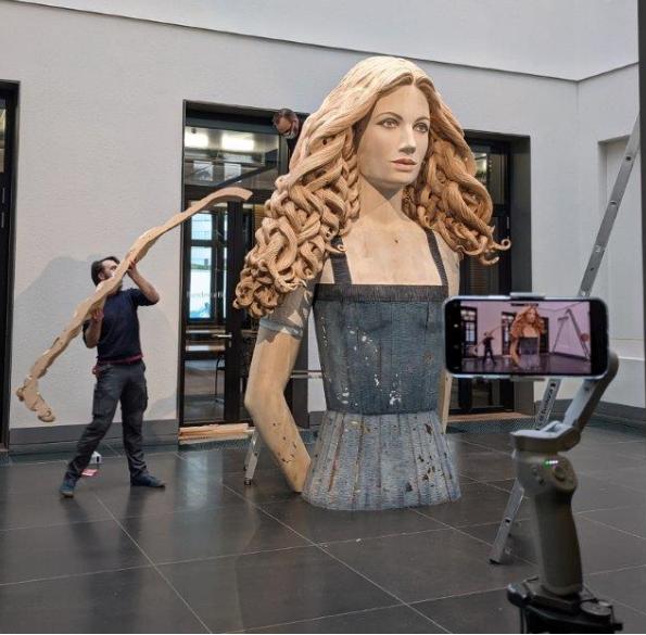 """Aufbau der Skulptur """"Die Laborantin"""""""